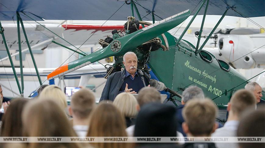 Леонид Якубович во время презентации