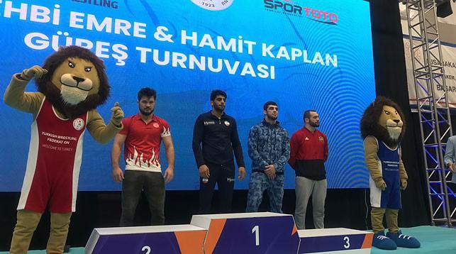 Радик Кулиев (возле пьедестала - второй справа). Фото из социальных сетей