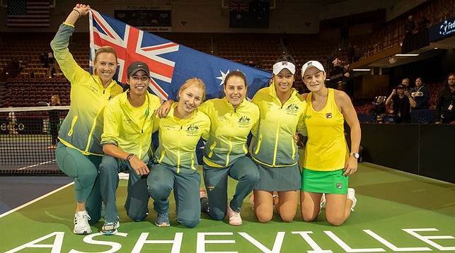 Австралийские теннисистки празднуют выход в полуфинал Кубка Федераций. Фото официального сайта турнира