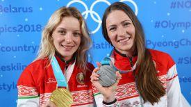 Анна Гуськова и Дарья Домрачева с олимпийскими медалями Пхенчхана
