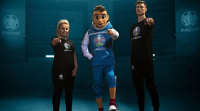 Скиллзи вместе с Лив Кук и Тобиасом Бексом. Фото УЕФА