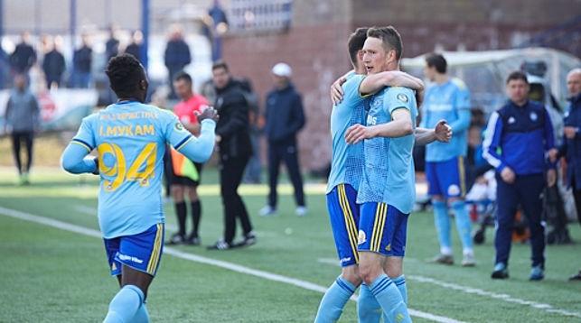 Антон Сарока (справа) принимает поздравления партнеров по команде. Фото ФК БАТЭ