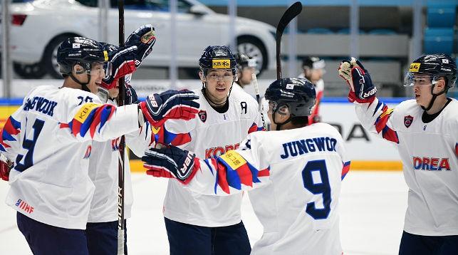 Хоккеисты Республики Корея рады победе. Фото IIHF
