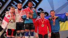 Евгений Тихонцов (в центре). Фото Федерации тяжелой атлетики Грузии