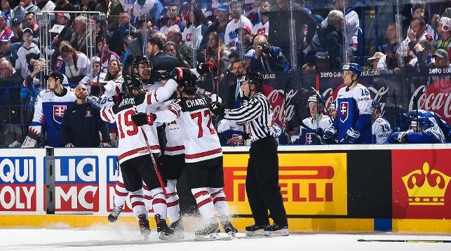Во время матча Словакия - Канада. Фото IIHF