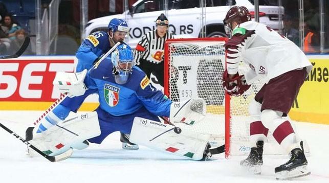 Во время матча Италия - Латвия. Фото IIHF