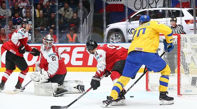 Во время матча Швеция - Австрия. Фото IIHF