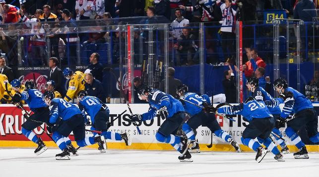 Ликование хоккеистов сборной Финляндии. Фото IIHF
