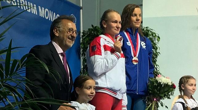 Анастасия Шкурдай на верхней ступени подиума. Фото Белорусской федерации плавания