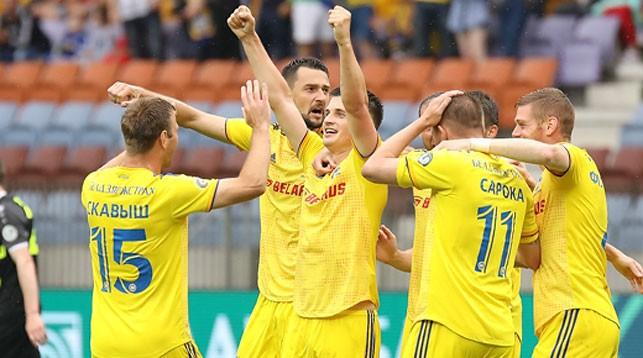 Станислав Драгун (в центре) принимает поздравления от партнеров по команде. Фото ФК БАТЭ