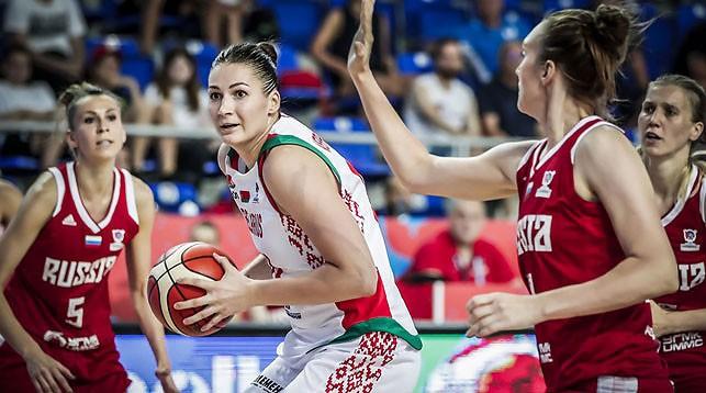 Анастасия Веремеенко в окружении российских баскетболисток. Фото ФИБА