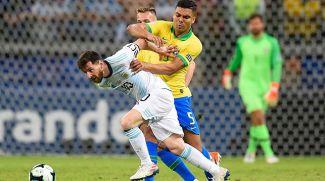 Лионель Месси пытается убежать от Каземиро. Фото организаторов турнира