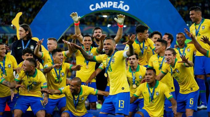 Бразильские футболисты рады победе. Фото организаторов турнира