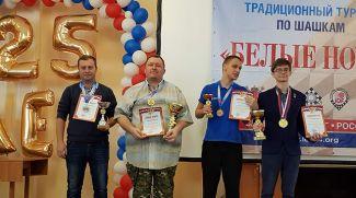 Евгений Кондраченко (второй слева). Фото Международной федерации шашек