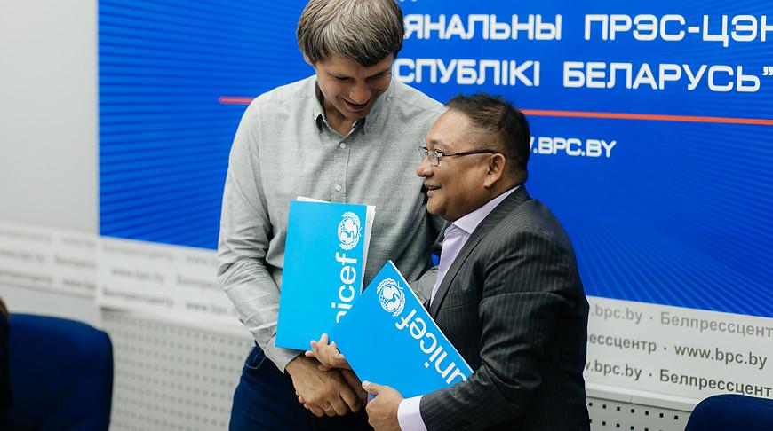 Вадим Девятовский и Рашед Мустафа Сарвар. Фото ЮНИСЕФ
