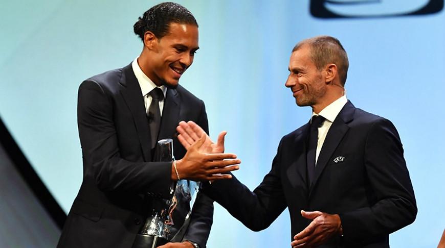 Президент УЕФА Александер Чеферин поздравляет Вирджила ван Дейка. Фото УЕФА
