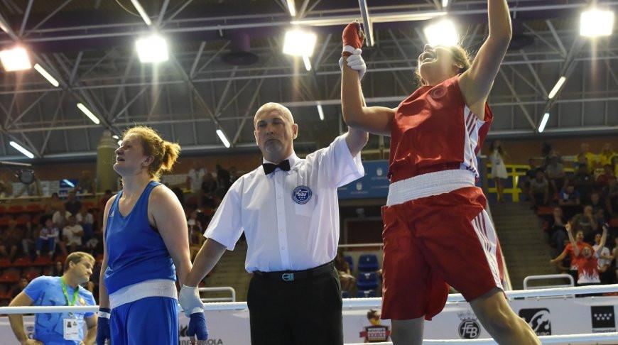 Виктория Кебикова и Элиф Гюнери. Фото Европейской конфедерации бокса