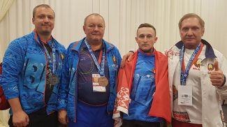 Геннадий Лаптев (второй справа). Фото weightlifting.by