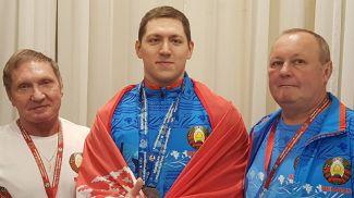 Константин Куровский (в центре). Фото weightlifting.by