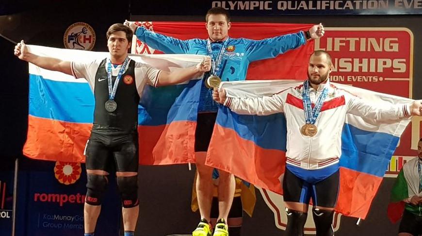 Андрей Орленок (в центре). Фото weightlifting.by