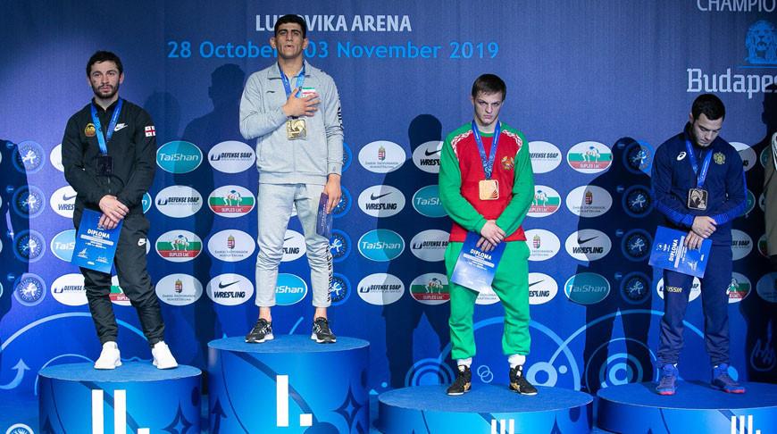 Максим Негода (второй справа). Фото United World Wrestling