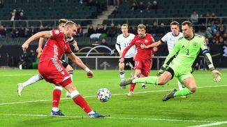 Воротам Мануэля Нойера угрожает Денис Лаптев. Фото Немецкого футбольного союза