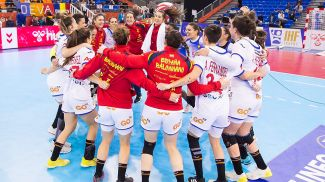 Радость испанских гандболисток. Фото RFEBalonmano