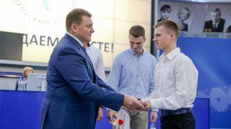 Дмитрий Лукашенко вручает свидетельство Виталию Дегтяреву (академическая гребля)