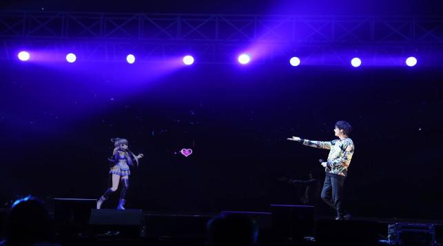 Выступление голограммы Ло Тяньи. Фото   vocaloid.wikia.com