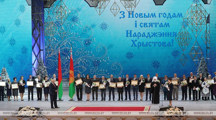 Александр Лукашенко с лауреатами премий