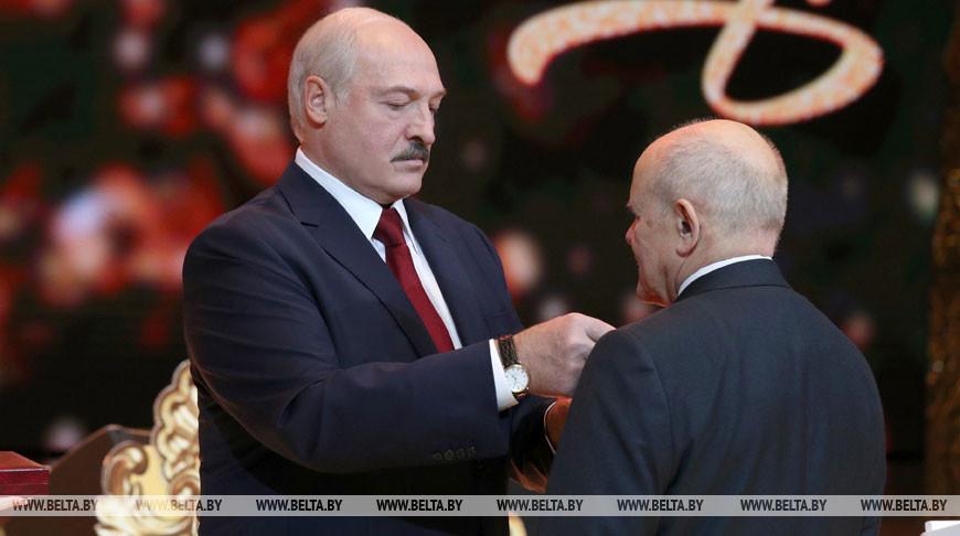 Александр Лукашенко вручает орден Почета председателю Комитета государственного контроля Леониду Анфимову