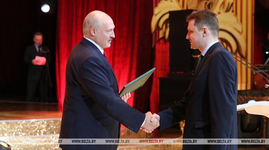 Александр Лукашенко вручает Благодарность Президента Сергею Адерихо