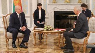 Александр Лукашенко и Кришьянис Кариньш во время встречи