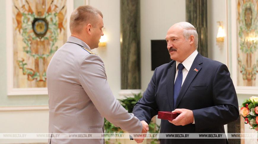 «Ваши результаты вызывают гордость за народ» — Лукашенко вручил награды представителям различных сфер