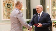 Александр Лукашенко награждает следователя по особо важным делам управления по расследованию преступлений против личности и общественной безопасности главного следственного управления Следственного комитета Дмитрия Васюковича