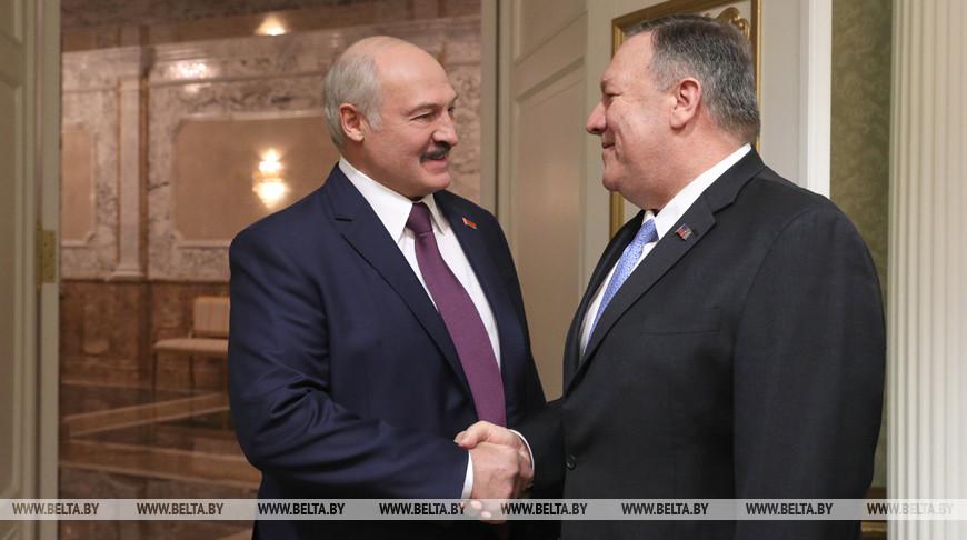 Александр Лукашенко и Майкл Помпео во время встречи