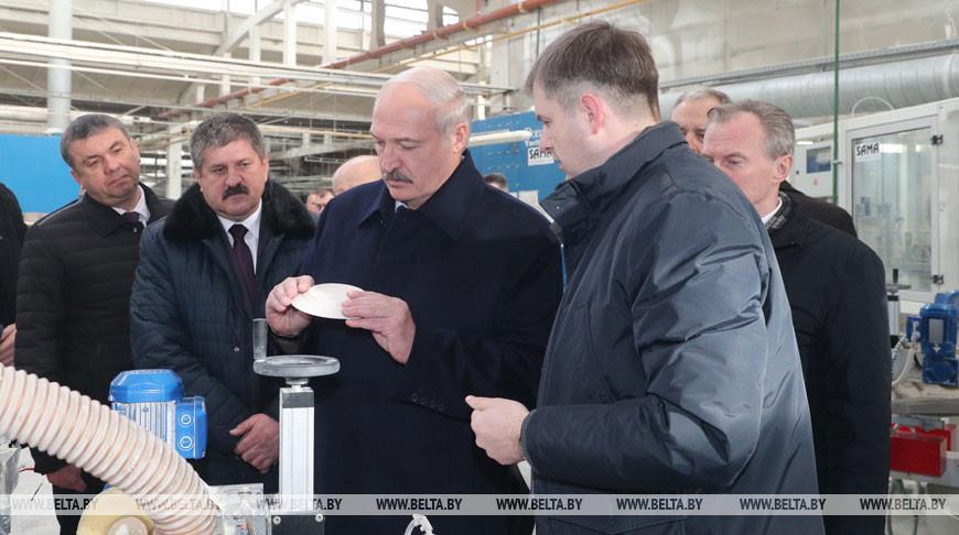 Александр Лукашенко во время посещения завода