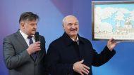 Лукашенко на Светлогорском ЦКК подарили панно из целлюлозы с изображением родительского дома