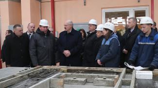 Александр Лукашенко во время посещения домостроительного комбината