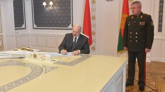 Александр Лукашенко подписывает решение на охрану государственной границы