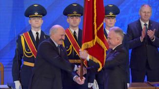Александр Лукашенко вручил председателю ФПБ Михаиле Орде Почетное государственное знамя Республики Беларусь