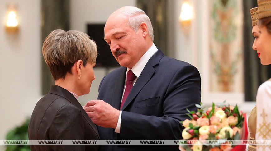 «Спасибо за все, что делаете для страны и народа» — Лукашенко вручил госнаграды и генеральские погоны