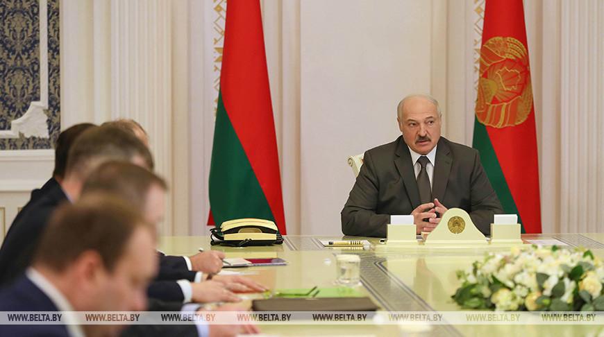 Лукашенко потребовал разобраться с распространителями фейков о смертях из-за коронавируса