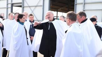 """Александр Лукашенко во время посещения МТФ """"Мглё"""""""
