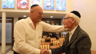 На празднике в синагоге. Фото из архива
