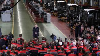 Александр Лукашенко во время посещения предприятия