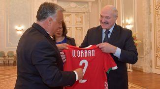 Александр Лукашенко дарит Виктору Орбану именную майку сборной Беларуси по футболу