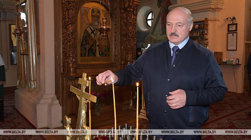 Александр Лукашенко во время посещения храма