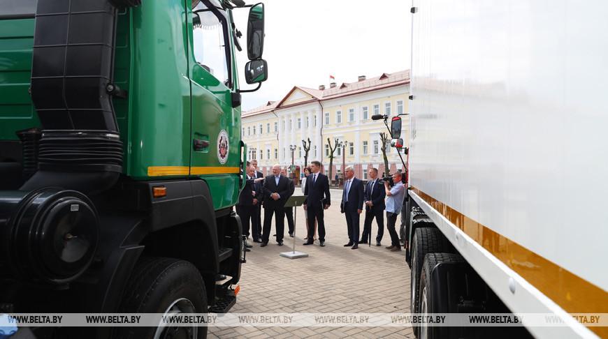 Александр Лукашенко во время посещения выставки коммунальной техники