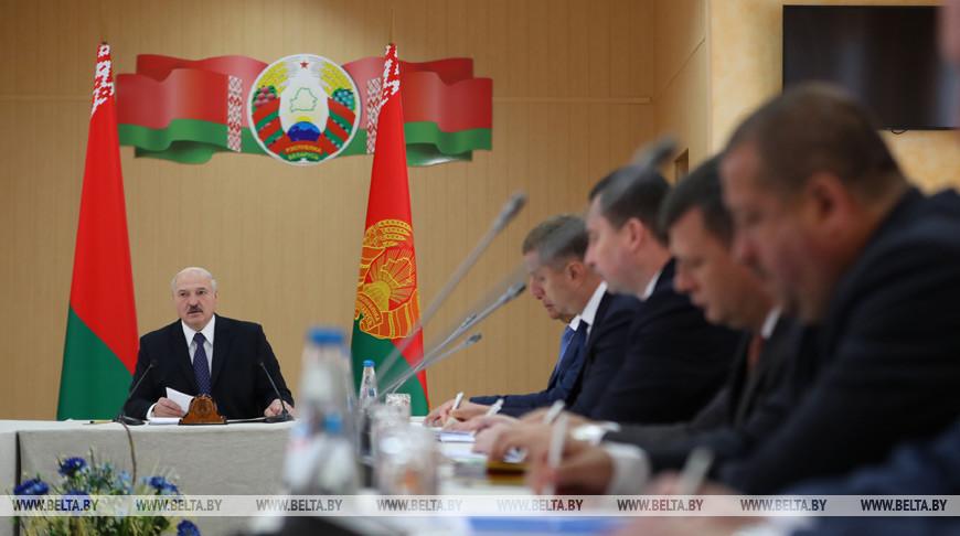 Лукашенко поручил упростить условия для приобретения участков за пределами больших городов